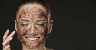 Gesichtspeeling – die Hauterneuerungskur für zwischendurch | apomio Gesundheitsblog
